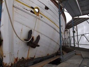Il leudo in secca sotto la copertura e con le impalcature per gli imminenti lavori di manutenzione.