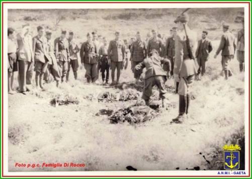 Cadaveri di militari in una fossa a Cefalonia 15.26.9.1943 foto p.g.c.f. Di Rocco per www.lavocedelmarinaio.com - Copia