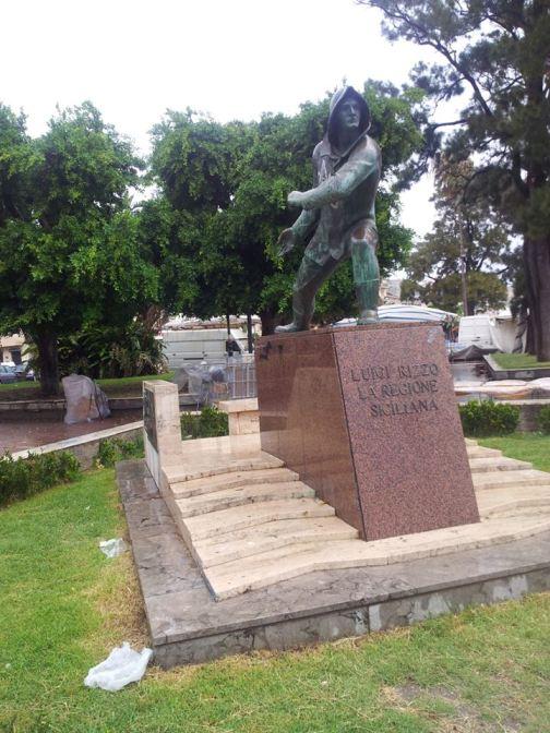 Monumento di Luigi Rizzo di Premuda a Milazzo alla data del 2.9.2013 - www.lavocedelmarinaio.com