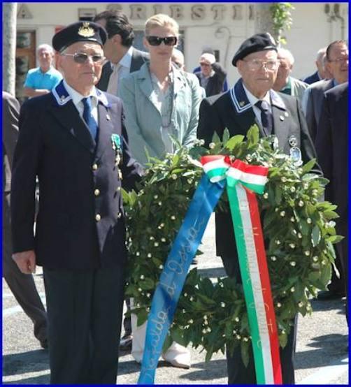 Giovanni Asselle (a sinistra) e Giovanni Serpe durante una cerimonia tenutasi a Gaeta nel 2005 foto Carlo di Nitto per gentile concessione a la vocedelmarinaio. - Copia