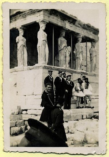 Marinai-sotto-il-tempio-di-Poseidone-foto-per-gentile-concessione-a-www.lavocedelmarinaio.com-collezione-Marino-Miccoli