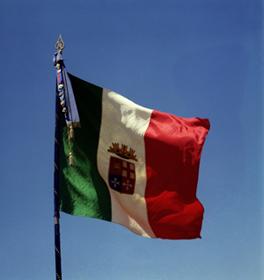 La bandiera di combattimento a bordo delle unità navali (www.lavocedelmarinaio.com)