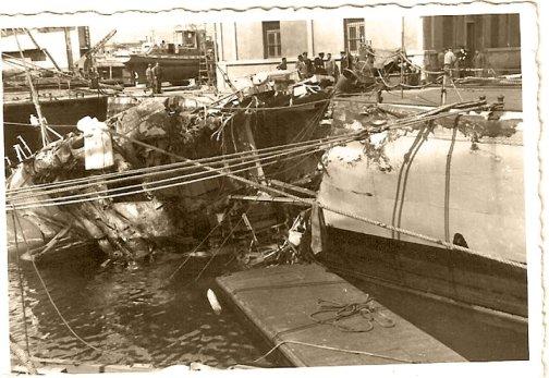 Nave Castore dopo la collisione del 23.3.1965 in porto - www.lavocedelmarinaio.com