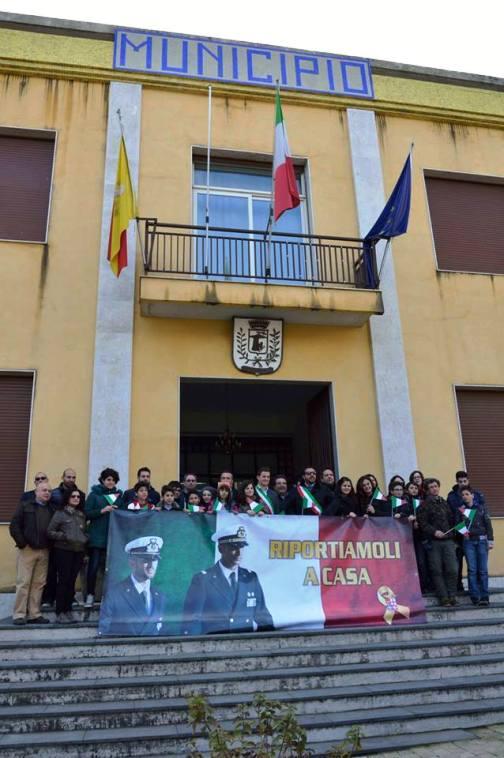 banner a favore della liberazione dei due Marò sulla facciata del Comune di Santa Venerina (CT) - www.lavocedelmarinaio.com - Copia
