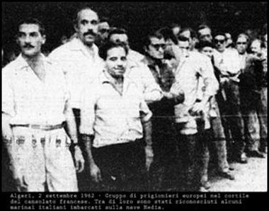 prigionieri al consolato francese fra cui sono riconoscibili alcuni marinai della Hedia