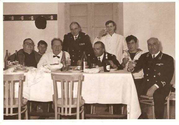 Michele Sechi marinaio in compagnia dei suoi collaboratore (1971) f.p.g.c. Nicola Sechi a www.lavocedelmarinaio.com