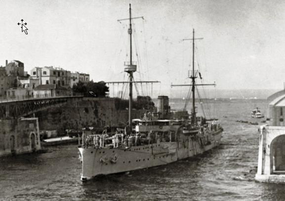 Regia nave Campania attraverso il ponte girevole di Taranto - www.lavocedelmarinaio.com