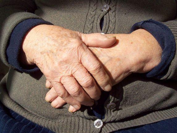 Le mani di una madre foto da internet
