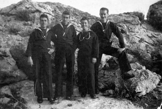 Giacomo Corti (ultimo a destra) - Isola di lero f.p.g.c. Enrico Corti a www.lavocedelmarinaio.com