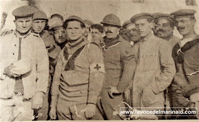 Raffaele Damato (secondo a destra) e alcuni Marinai a Tiensin - www.lavocedelmarinaio.com