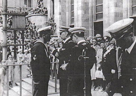 La Spezia 2 aprile 1942, Giovanni Magro viene decorato di Medaglia d'argento al Valor Militare conferita per il successo dell'operazione BG4