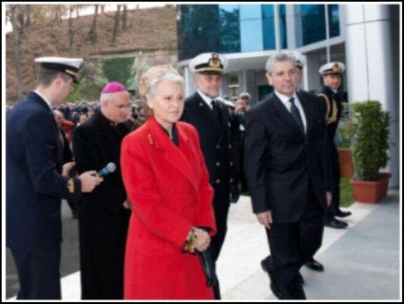 La signora Birindelli attorniata da marinai di carta - www.lavocedelmarinaio.com
