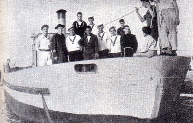 Padre Igino Lega a bordo con i suoi marinai - foto internet - www.lavocedelmarinaio.com