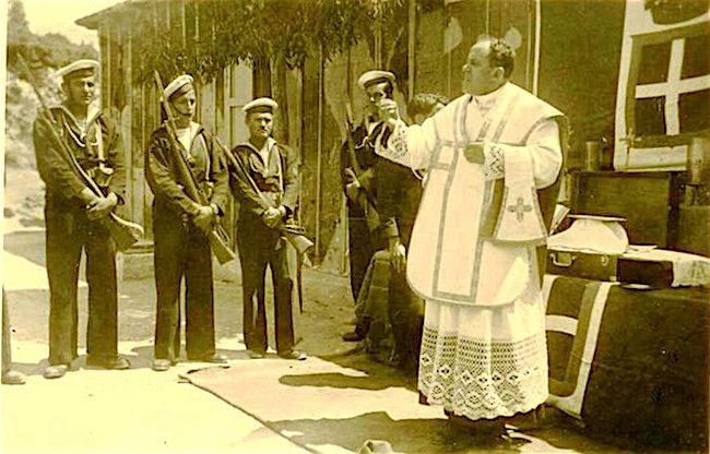 Padre Igino Lega celebra messa per i suoi marinai - foto internet - www.lavocedelmarinaio.com