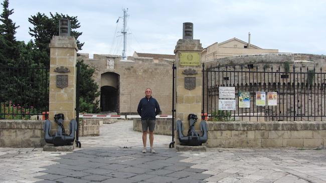 Pietro Berti all'ingresso del Castello Aragonese di Taranto - www.lavocedelmarinaio.com