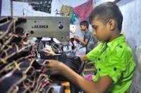 bambini schiavi nelle fabbriche - foto internet - www.lavocedelmarinaio.com