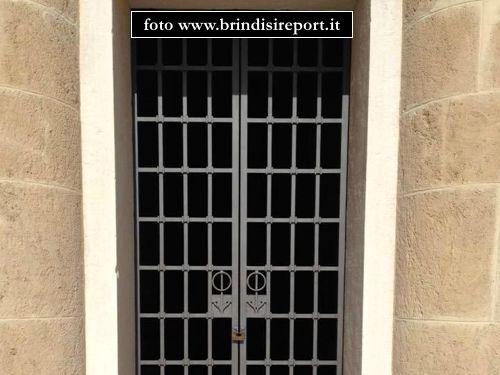 La porta della cripta del Monumento al marinaio f.p.g.c. www.brindisireport.it a www.lavocedelmarinaio.com