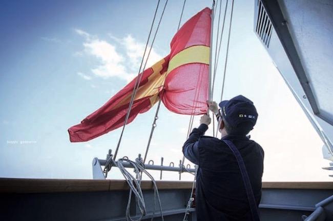 Segnalatori comunicano con le bandiere