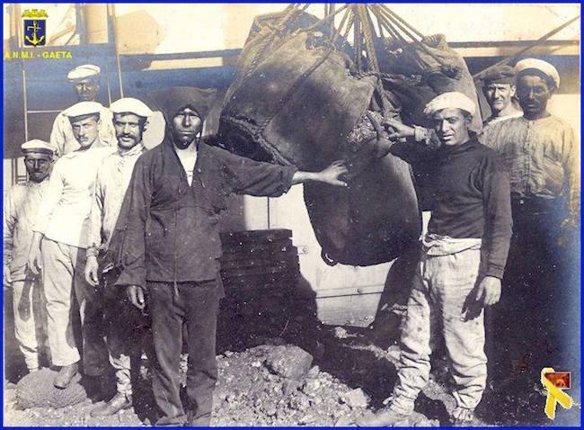 Tobruk, Marinai addetti al carbonamento sulla nave in partenza per Rodi (f.p.g.c. Carlo Di NItto a www.lavocedelmarinaio.com