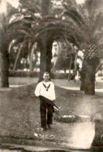 Vittorio Poni nei giardini di Taranto - www.lavocedelmarinaio.com