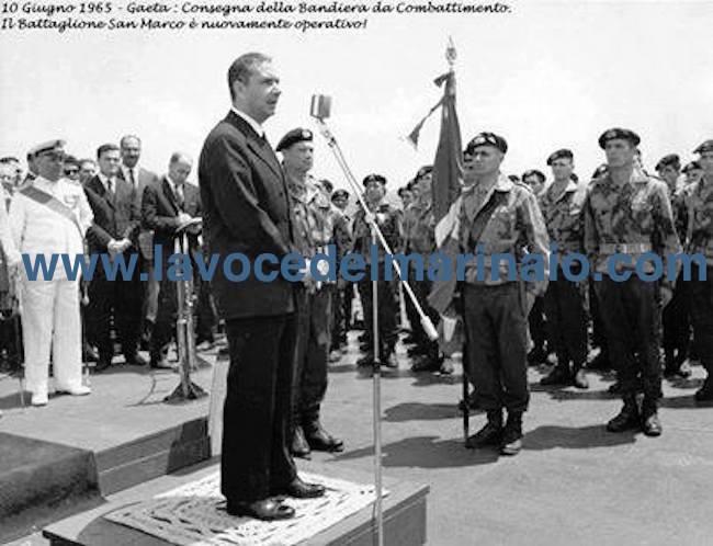 10.6.1965 - Consegna della bandiera al San Marco - www.lavocedelmarinaio.com