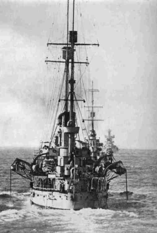 regi incrociatori Bari, Fiume e sullo sfondo Taranto (foto U.S.M.M.) - copia - www.lavocedelmarinaio.com