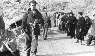 fatti-prigionieri-dai-tedeschi-i-marinai-italiani-incollonnati-tre-per-tre-ultimi-i-cani-dico-i-cani-che-gli-hanno-fatto-compagnia-per-4-anni-leros