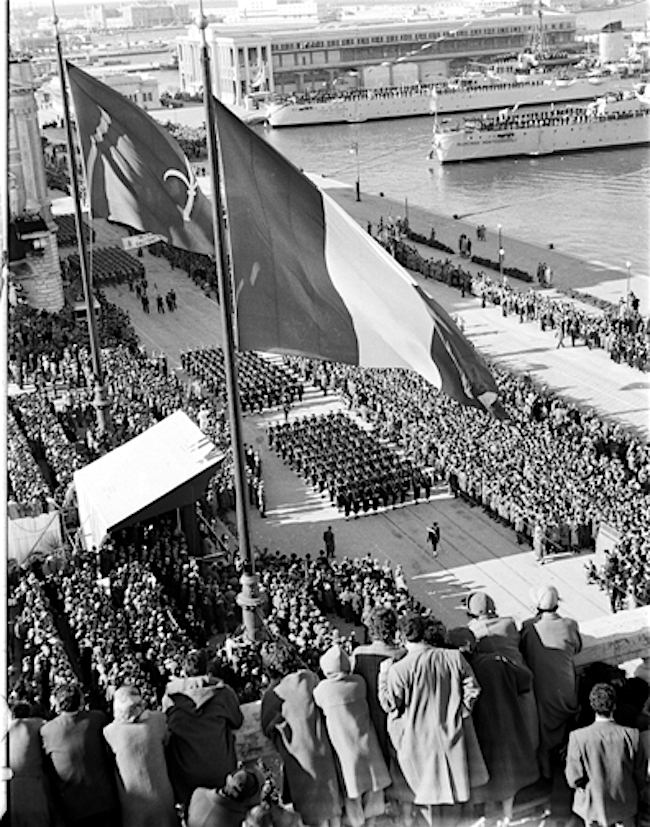 1954-alza-bandiera-trieste-torna-ad-essere-una-citta-ditalia-www-lavocedelmarinaio-com