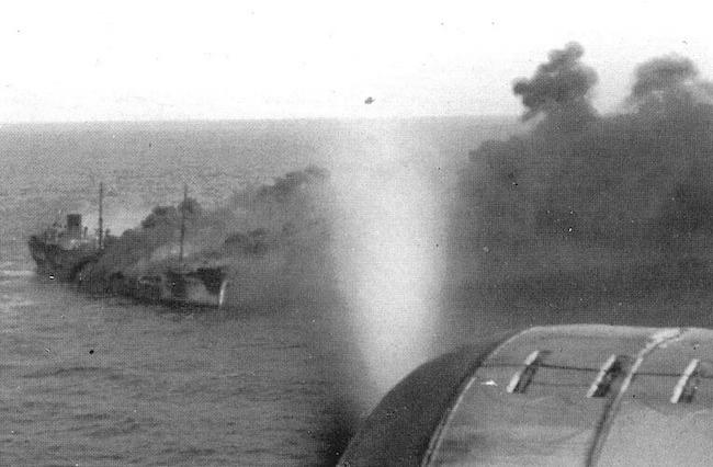 9-11-1941-aerei-italiani-sorvolano-la-motocisterna-minatitland-in-fiamme-unico-mercantile-del-convoglio-duisburg-ancora-a-galla-www-lavocedelmarinaio-com