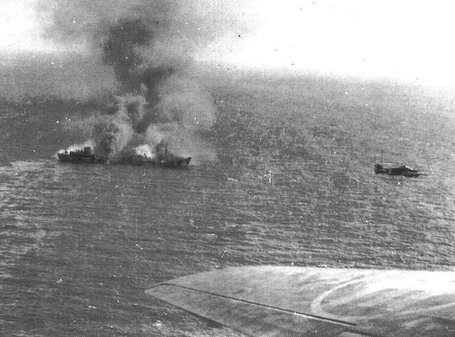 mattino-del-9-novembre-1941-aerei-italiani-sorvolano-la-motocisterna-minatitland-in-fiamme-unico-mercantile-del-convoglio-duisburg-ancora-a-galla-www-lavocedelmarinaio-com