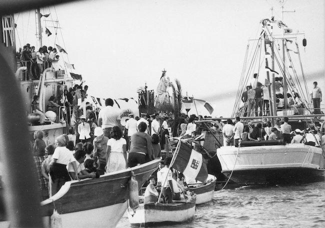 6-la-madonna-di-porto-salvo-in-processione-circondata-dalle-imbarcazioni-dei-fedeli-in-una-foto-del-1977