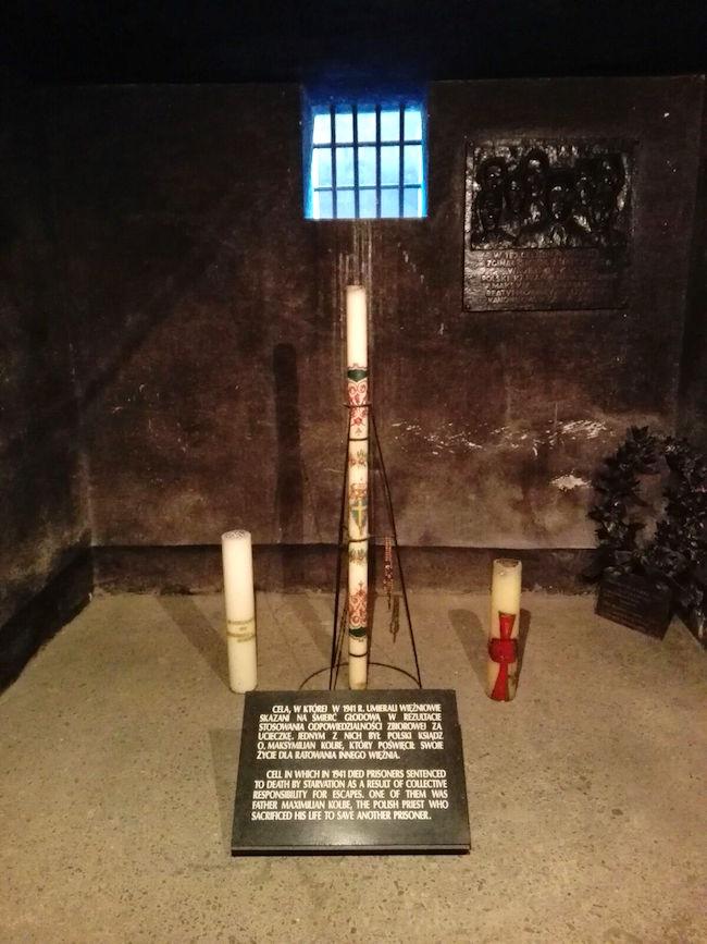Auschwitz cella internamento San Massimiliano Kolbe (foto per gentile concessione padre Pietro Burek a www.lavocedelmarinaio.com