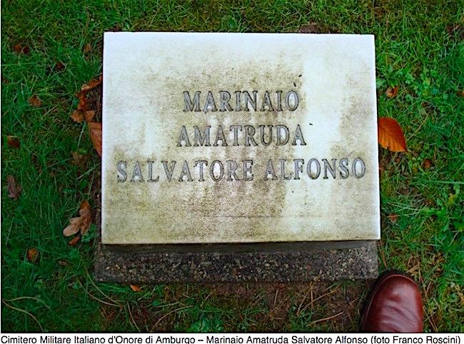 Lapide del marinaio Amatruda Salvatore Alfonso nel Cimitero Miitare Italiano di Amburgo ( foto Franco Roscini) - www.lavocedelmarinaio.com
