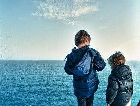 i bambini ci osservano foto Antonio Ranesi - http://www.antonioranesi.it/Varie/il-mare-oltre.jpg.php