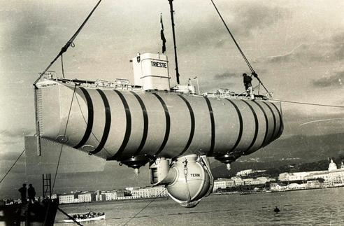 batiscafo Trieste nel porto di Castellammare - www.lavocedelmarinaio.com - Copia