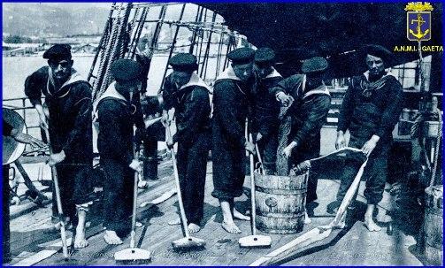 Posto di lavaggio su bergantino foto di carlo di nitto per www.la vocedelmarinaio.com