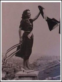 Una donna festeggia il ritorno di Trieste all'Italia (www.triesteitaliana.it)