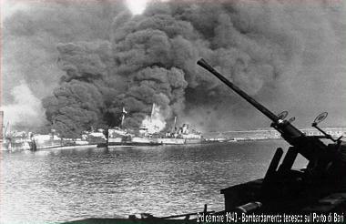 2.12.1943 - Bombardamento tedesco sul prto di Bari - www.lavocedelmarinaio.com - Copia