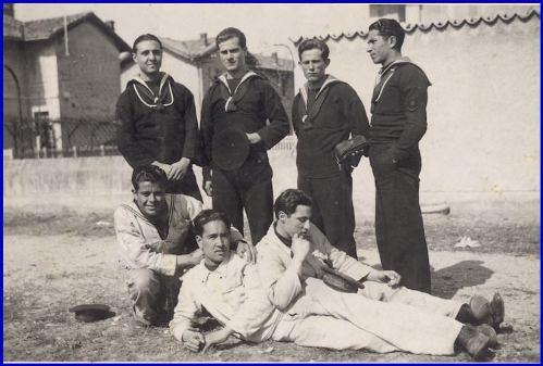 Osvaldo Uttaro con altri marinai (f.p.g.c. Carlo Di Nitto per www.lavocedelmarinaio.com) - Copia