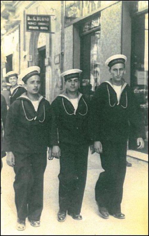 Il marinaio Angelo Renda PRIMO DA SINISTRA (f.p.g.c. Giovanni renda per www.lavocedelmarinaio.com)