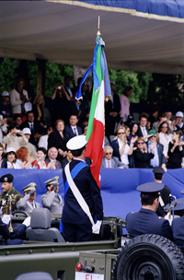 La bandiera di combattimento defila davanti al Presidente della Repubblica (www.lavocedelmarinaio.com)