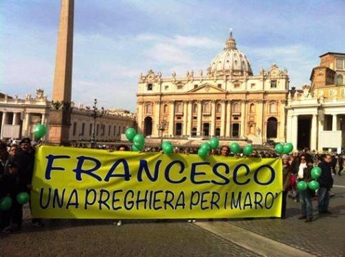 Papa Francesco prega per i Marò - www.lavocedelmarinaio.com