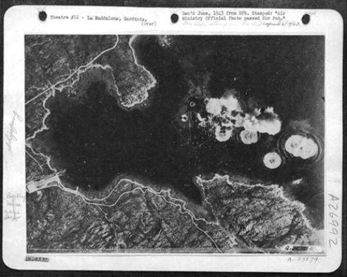 bombardamento a isola Caprera del 10.4.1943 (f.p.g.c. Nicola Sechi a www.lavocedelmarinaio.com)