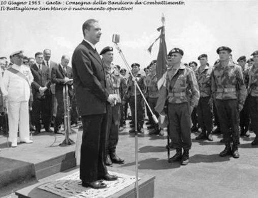 10.6.1965 Consegna della bandiera al San Marco - www.lavocedelmarinaio.com