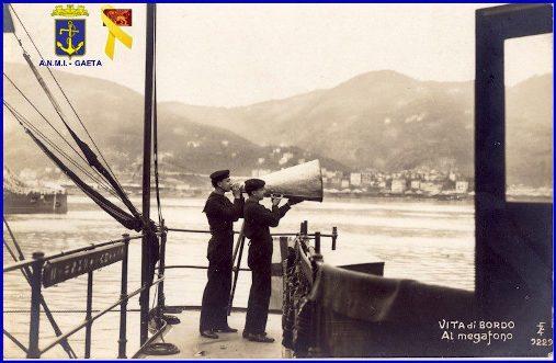 Vita di bordo - al megafono (f.p.g.c. Carlo Di Nitto)