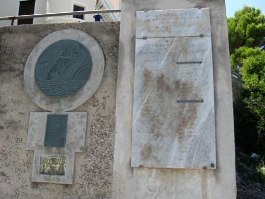 Monumento ai caduti del sommergibile Velella - Tenuta di Villa Vicosa Castellabbate(www.lavocedelmarinaio.com) - Copia