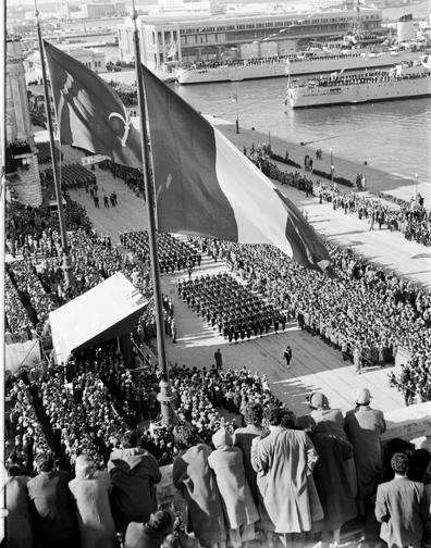 1954 Alza Bandiera Trieste torna ad essere una citta d'Italia - www.lavocedelmarinaio.com