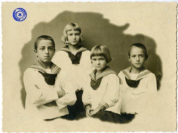 4 dei 5 figli di Nazario Sauro, in divisa da marinaretto (Da sinistra Libero, Anita, Albania e Italo - manca il primogenito Nino, all'epoca allievo a Marinaccad f.p.g.c. Romano Sauro per www.la vocedelmarinaio.com