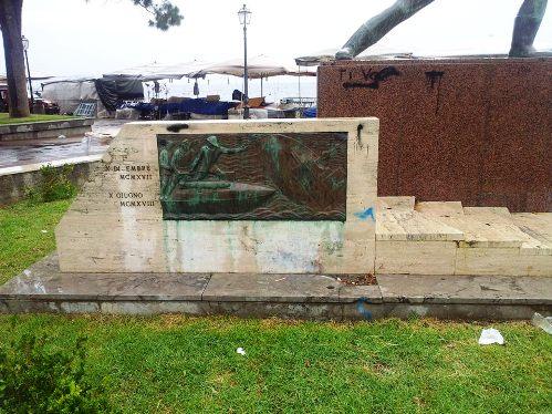 Le condizioni in cui versa il Monumento di Luigi Rizzo a Milazzo alla data del 2.9.2013 - www.lavocedelmarinaio.com