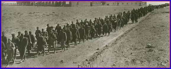 Militari italiani fatti prigionieri dagli inglesei a Tobruk (1941) - www.lavocedelmarinaio.com